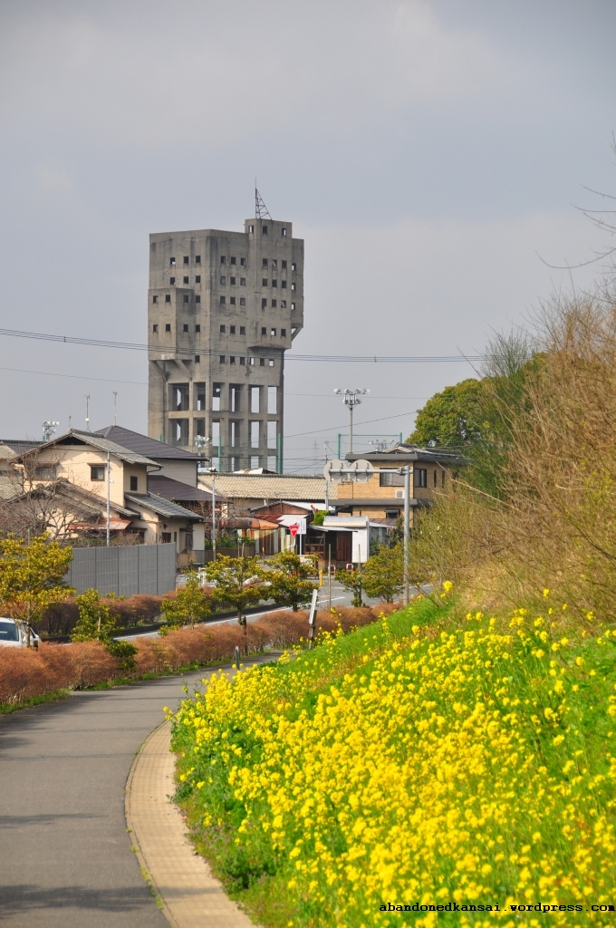 http://abandonedkansai.files.wordpress.com/2010/04/the-shaft-is-visible-from-far-away.jpg