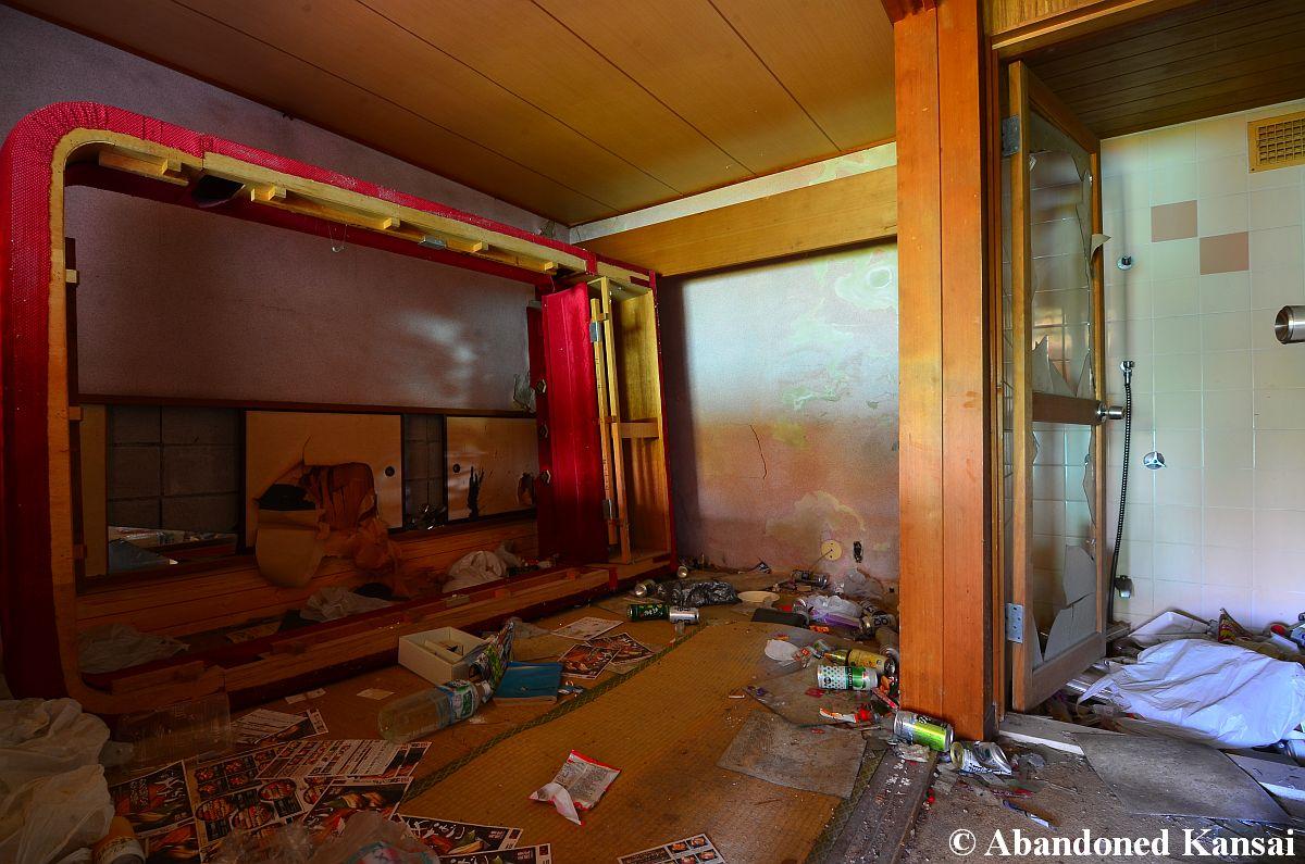 Love hotel london abandoned kansai for Lovely hotel