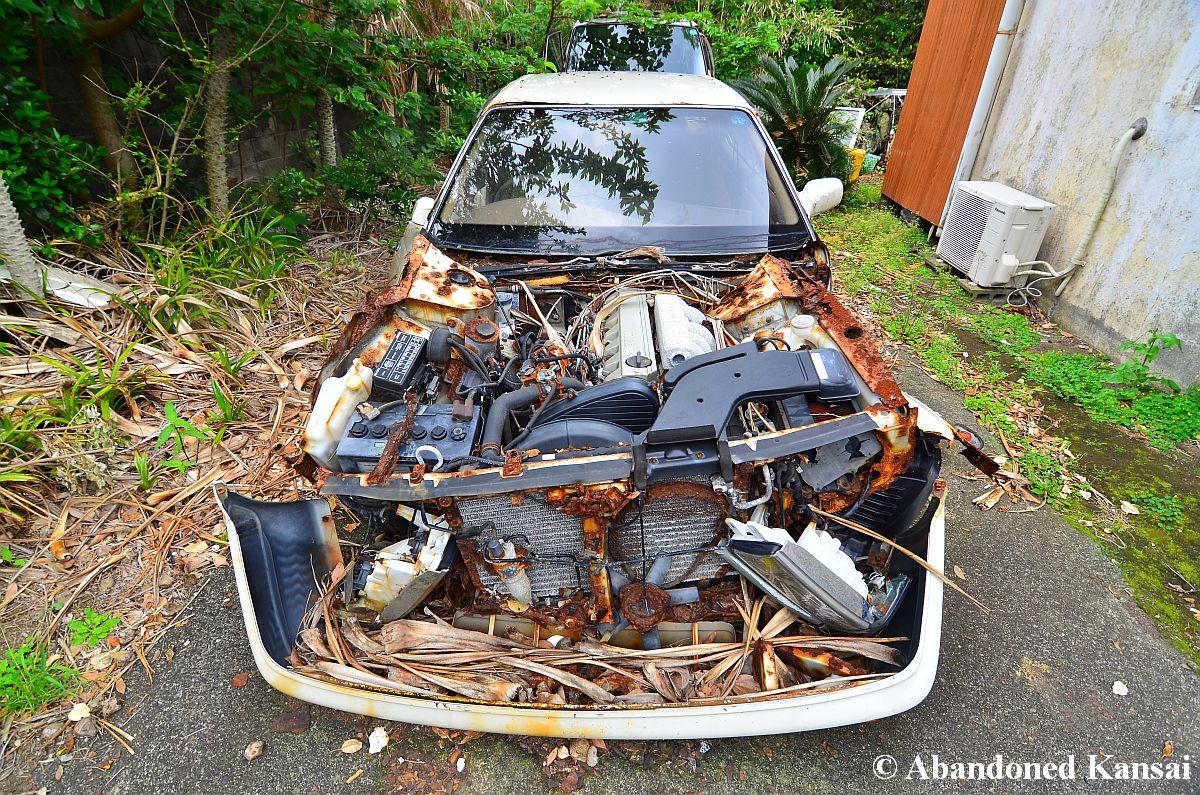 messed up car abandoned kansai. Black Bedroom Furniture Sets. Home Design Ideas