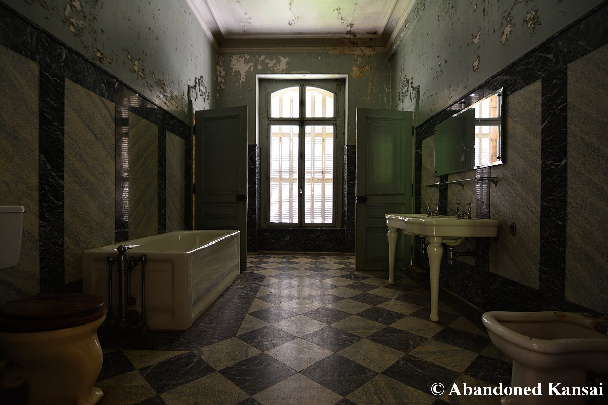 Resident Evil Style Bathroom In A Real Abandoned Mansion In France - Bathroom remake