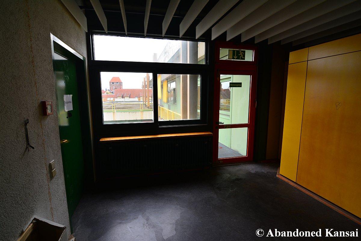 treppenhaus und notausgang abandoned kansai. Black Bedroom Furniture Sets. Home Design Ideas