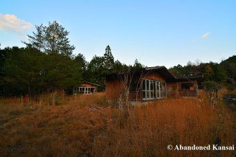 abandoned-wooden-bungalows
