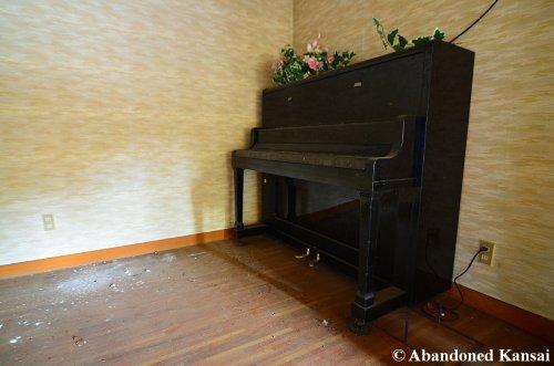 abandoned-hotel-piano