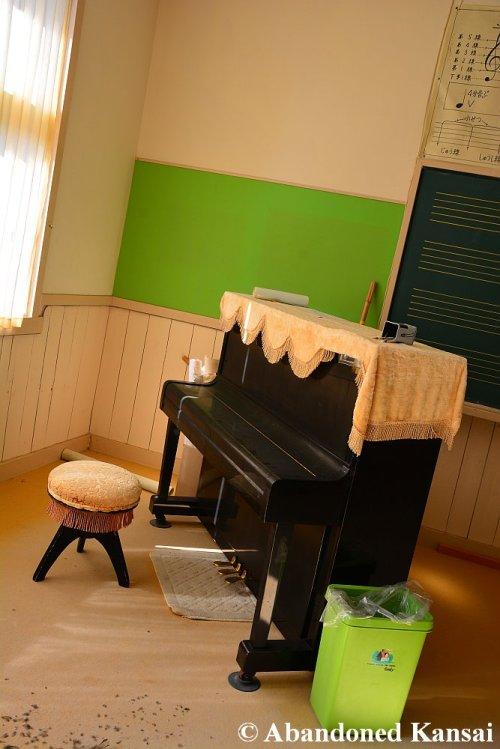 abandoned-school-piano