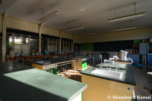 abandoned-science-room