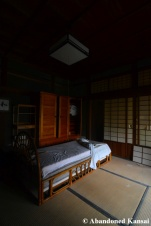 japanese room with western style bed